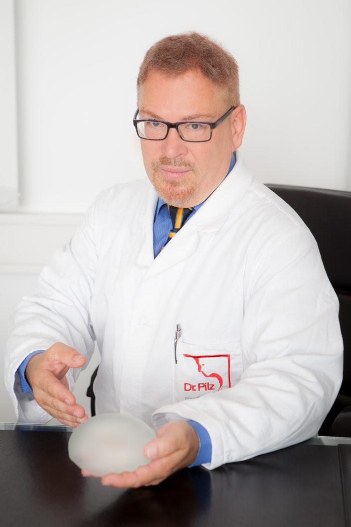 Dr. Sebastian Pilz bei der Beratung zur Brustvergrößerung (2016)
